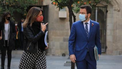 El vicepresident, Pere Aragonès, amb la consellera Meritxell Budó, abans de començar el Consell Executiu del Govern en funcions a Palau