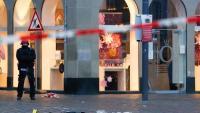 Un policia vigila la zona comercial de Trèveris on ahir es va produir l'atropellament massiu