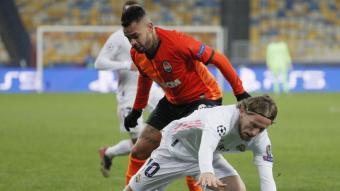 Dentinho pugna una pilota amb Luka Modric