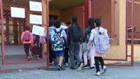 Un grup d'alumnes entra en una escola a Salt
