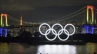 Els anells olímpics il·luminats en el llac de l'Odaiba Marine Park de Tòquio