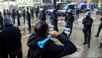 Un activista es manifesta contra un desnonament de la Travessera de Gràcia davant el cordó policial dels Mossos d'Esquadra