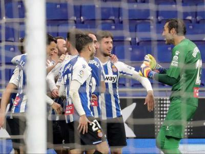 Els jugadors de l'Espanyol celebren el gol de Sergi Darder, que segellava un triomf balsàmic