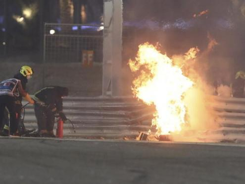 La part de davant del Haas de Romain Grosjean cremant al costat de la pista