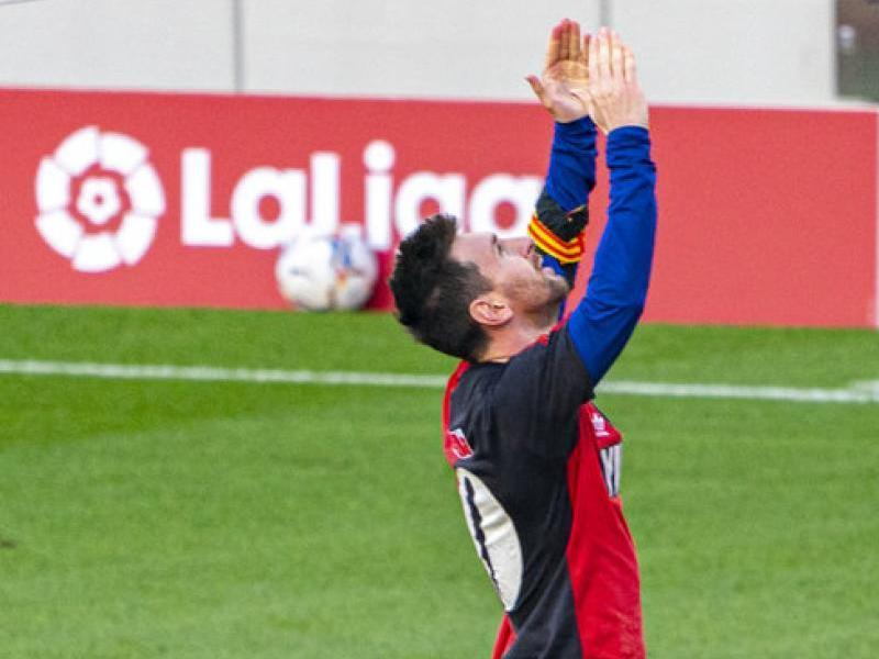Leo Messi, assenyalant el cel i amb la samarreta del Newell's amb el número 10, dedica el seu gol a Diego Armando Maradona