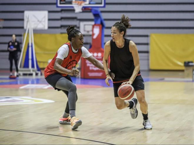 Chelsea Gray i Laia Palau, en un entrenament d'aquesta última setmana a Fontajau