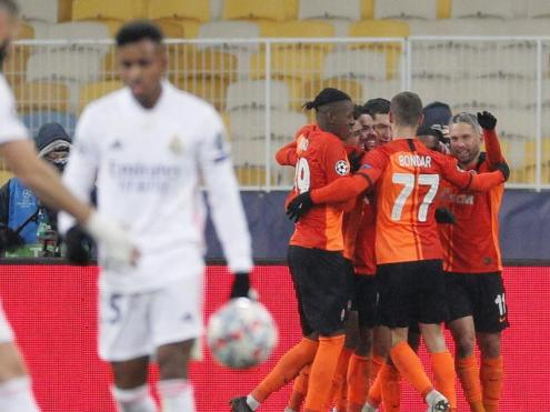 Els jugadors del Xakhtar celebren el triomf davant la decepció dels del Madrid
