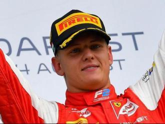 Mick Schumacher celebra una victòria a la Fórmula 1