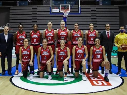 Julbe i les jugadores en la imatge oficial dels partit contra el Riga.