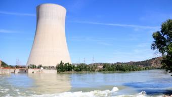 Imatge d'arxiu de la torre de refrigeració de la nuclear d'Ascó