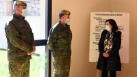 La ministra de Defensa, Margarita Robles, durant una visita a les instal·lacions de la base militar de El Goloso