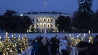 Un grup de persones es fan fotos al davant de la Casa Blanca