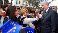 Valéry Giscard d'Estaing saludant els ciutadans l'octubre del 2003, a Tàrent (Itàlia), quan era president de la Convenció Europea