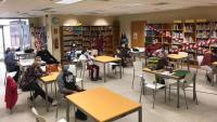 A la biblioteca de la Fundació Iluro es fan sessions presencials amb voluntaris