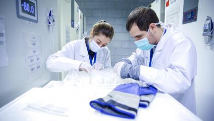 Tècnics del Banc de Sang i Teixits, treballant entre els congeladors que conservaran les vacunes