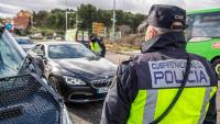 Agents de policia en un control de trànsit, ahir en una carretera de Toledo