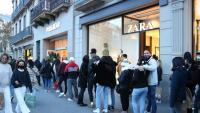 Cues al carrer Pelai de Barcelona per accedir a diverses botigues