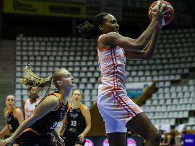Sandrine Gruda ha fet 21 punts (8/11 de dos)