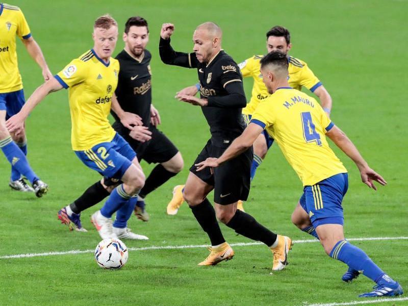 Braithwaite i Messi envoltats de jugadors del Cadis