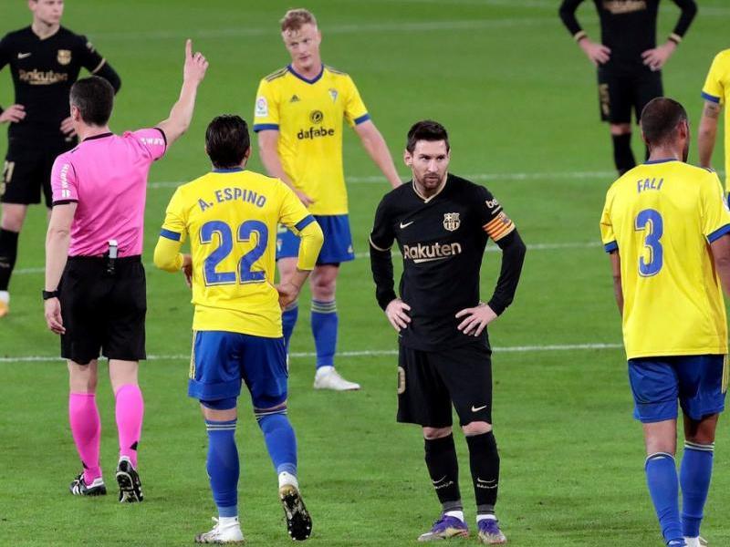 Leo Messi, amb cara de pomes agres, haurà d'esperar per igualar el record de Pelé
