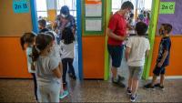 Imatge d'uns nens entrant a classe