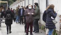 Gent fent cua en un cribratge massiu a Barcelona
