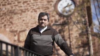 Daniel Palau davant de l'església de Santa Maria de Corbera, d'on és rector