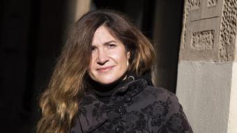 Carol Duran, fotografiada aquesta setmana a les portes del CAT, és gestora cultural i violinista de bandes com La Carrau, Las Migas i Sabor de Gràcia