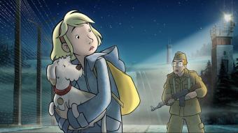 Fritzi, la protagonista, al costat del Mur