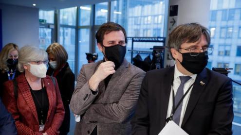 <b>Ponsatí, Comín i Puigdemont,</b> abans d'entrar a la vista pel suplicatori, que transcendeix la defensa de la seva immunitat i que vol ser una denúncia de la persecució de l'independentisme català