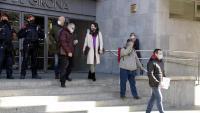 Els bombers investigats sortint dels Jutjats de Girona