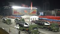 El nou míssil submarí nord-coreà, exhibit en una desfilada militar, dijous, a Pyongyang