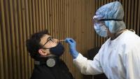 Una infermera pren una mostra per a fer la PCR a un ciutadà a Barcelona l'1 de desembre passat