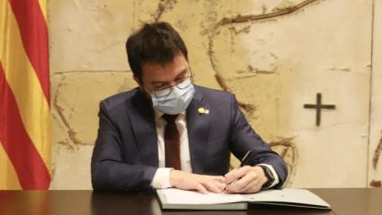 El vicepresident del Govern amb funcions de president, Pere Aragonès, signant divendres passat el decret que deixa sense efecte la convocatòria d'eleccions del 14 de febrer