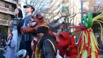 Diverses persones miren els gegants i capgrossos del barri de Sant Antoni que aquest any no han pogut fer la cercavila