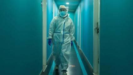 Un professional sanitari en el centre de Covid-19 del barri de Gràcia de Barcelona