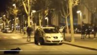 Moment en què un jove destrossa amb un cop de peu un vidre d'un cotxe dels Mossos durant els aldarulls a Pallejà