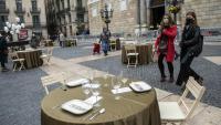 El col·lectiu Cuineres i Cuiners Km 0 va parar taules ahir a la plaça Sant Jaume en protesta per la seva situació