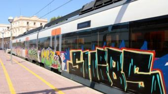 Un tren pintat amb grafitis