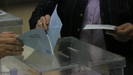 Una dona diposita el seu vot en unes eleccions