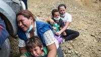 Mares immigrants ploren abraçades als seus fills després que la policia de Guatemala dissolgués la caravana