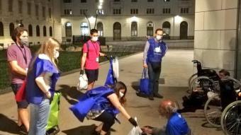 Els voluntaris de Sant Egidi fa mesos que reparteixen menjar, amb un àpat calent, als qui dormen a la intempèrie