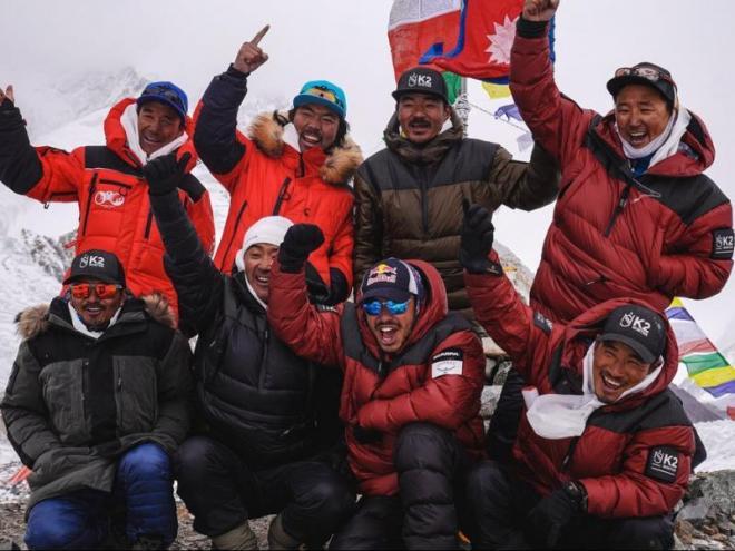 Deu alpinistes del Nepal fan el cim del K2 per primer cop a l'hivern