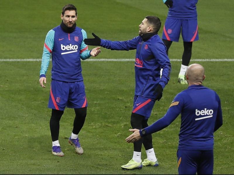 Leo Messi, amb Alba, en l'entrenament d'aquesta tarda