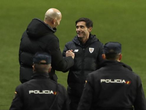 Marcelino saluda Zidane després d'eliminar el Real Madrid en la semifinal de la supercopa