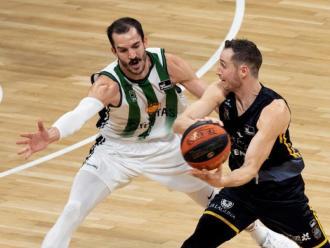 Una jugada del Badalona contra l'Iberostar
