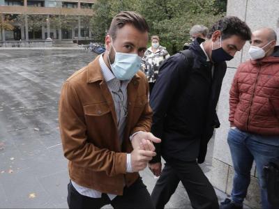 Antonio Luna entrant amb el seu advocat al jutjat de San Sebastián el passat octubre