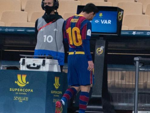 Leo Messi marxa expulsat per Gil Manzano diumenge passat a l'estadi de La Cartuja