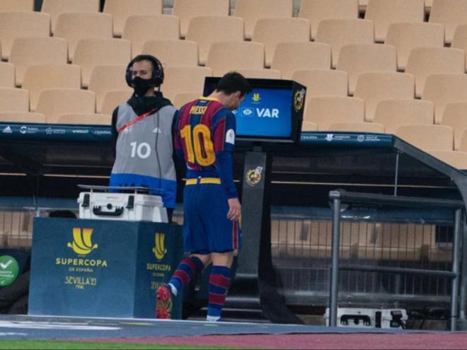 Messi deixant el terreny de joc en la final contra l'Athletic