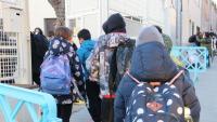 Diversos alumnes entrant a l'escola Sant Pau de Figueres